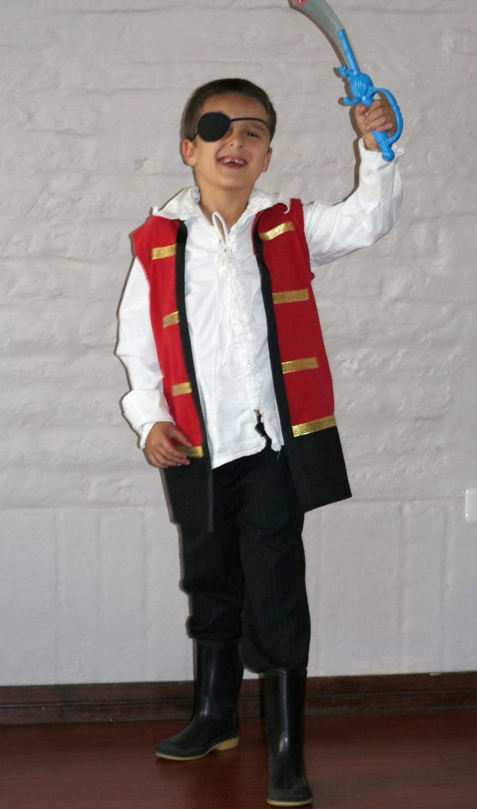 How to make a no sew captain hook costume from a t shirt you may find a few affiliate links below for your shopping convenience and i get a tiny portion of the proceeds which helps keep us up and solutioingenieria Gallery